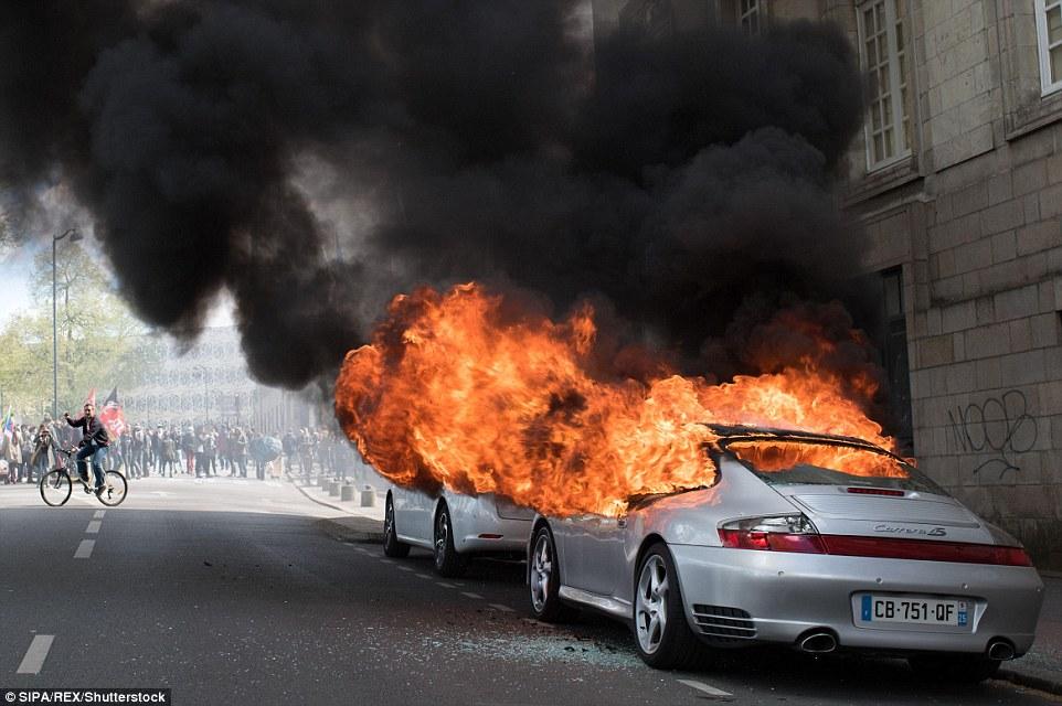 Francia: no riforma lavoro, scontri: auto lusso a fuoco2