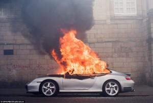 Guarda la versione ingrandita di Francia: no riforma lavoro, scontri: auto lusso a fuoco FOTO