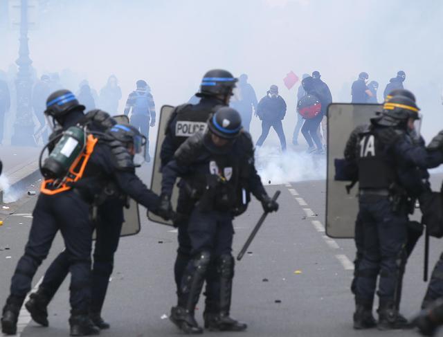 Francia: no riforma lavoro, scontri: auto lusso a fuoco16