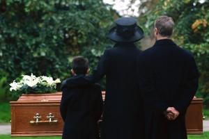 Muore solo, nessuno al funerale. Lo paga il sacerdote