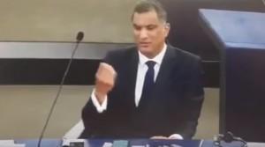 YOUTUBE Parlamento europeo, gesto volgare deputato inglese