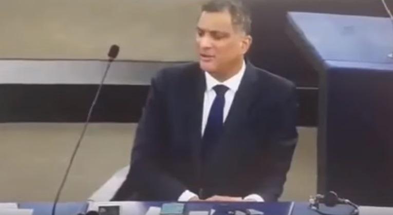 Parlamento europeo, gesto volgare deputato inglese