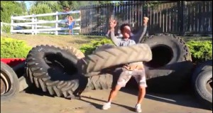 Hula hoop con una ruota di trattore da 54 chili
