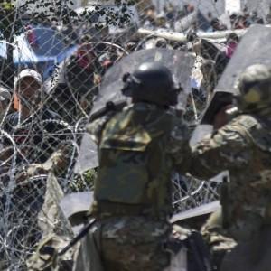 Migranti Idomeni, lanci di lacrimogeni e pietre FOTO