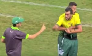 VIDEO YOUTUBE Giocatore sostituito aggredisce allenatore 03