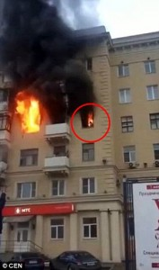 Guarda la versione ingrandita di YOUTUBE Incendio a Mosca, donna divorata dalle fiamme