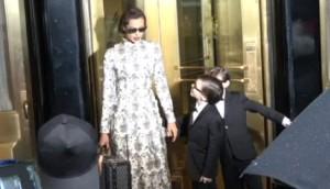 Irina Shayk spot. I bambini le toccano.... FOTO