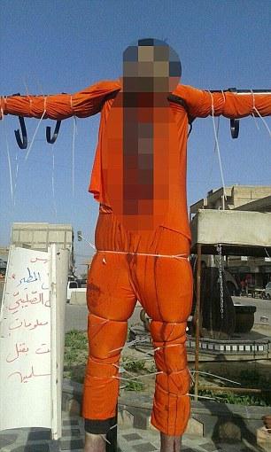 Isis crocefigge due uomini, orrore a Raqqa FOTO 2