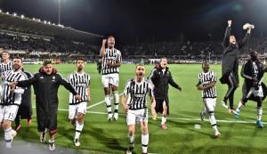 Juventus festeggia dopo la vittoria a Firenze