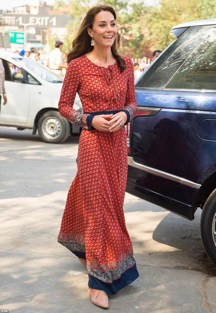 Kate Middleton in India: vestito cheap con i poveri, poi...2
