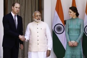 Kate Middleton in India: vestito cheap con i poveri, poi...