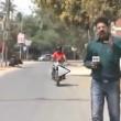 Giornalista travolto da moto in diretta cade a terra