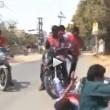 Giornalista travolto da moto in diretta cade a terra3
