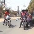 Giornalista travolto da moto in diretta cade a terra2