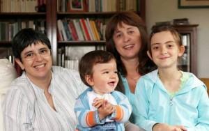 Adozioni gay, giudice Napoli dice sì a coppia di donne