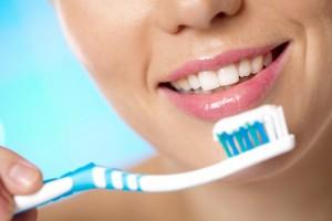 Salute, quando lavarsi i denti: non subito dopo mangiato