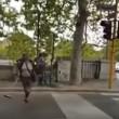 YOUTUBE Lavavetri si cala i pantaloni al semaforo perché...5