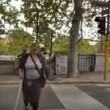 YOUTUBE Lavavetri si cala i pantaloni al semaforo perché...4