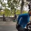 YOUTUBE Lavavetri si cala i pantaloni al semaforo perché...2