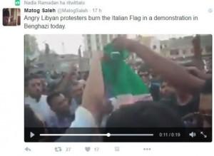Guarda la versione ingrandita di Libia: bandiere italiane bruciate Tobruk e Derna