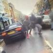 YOUTUBE Londra, calci alla sua auto: lui tira fuori pistola2
