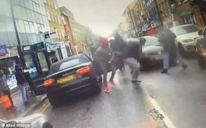 YOUTUBE Londra, calci alla sua auto: lui tira fuori pistola