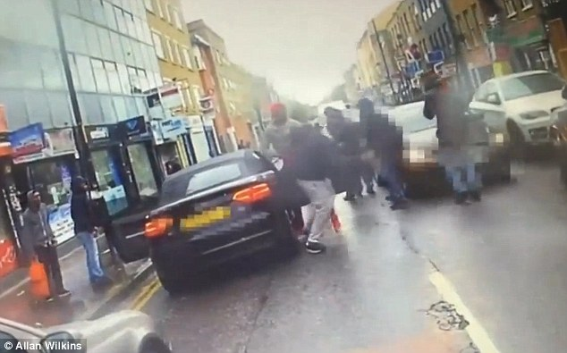 YOUTUBE Londra, calci alla sua auto: lui tira fuori pistola3