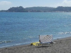 Lucrino, donna muore in spiaggia: accanto i bagnanti...