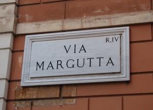 Roma, s***o per strada in via Margutta. Passanti sbalorditi