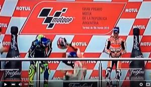 YOUTUBE Marc Marquez cade sul podio e Valentino Rossi…