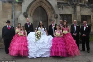 Guarda la versione ingrandita di Gb, matrimonio esagerato: l'abito da sposa pesa 70 kg…