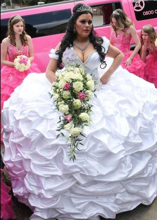 Gb, matrimonio esagerato: l'abito da sposa pesa 70 kg...