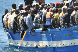 Guarda la versione ingrandita di Un barcone di migranti approda nel porto di Lampedusa, oggi 9 aprile 2011. ANSA / ETTORE FERRARI