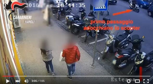 YOUTUBE Napoli, come si ruba uno scooter in tre mosse6