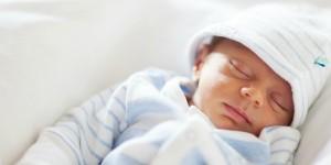 Neonato, bagnetto: rischia di annegare. Su corpo fratture...