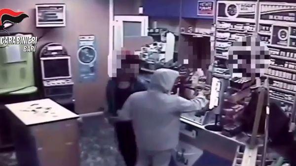 Tabaccaio mette in fuga rapinatore con carammelle