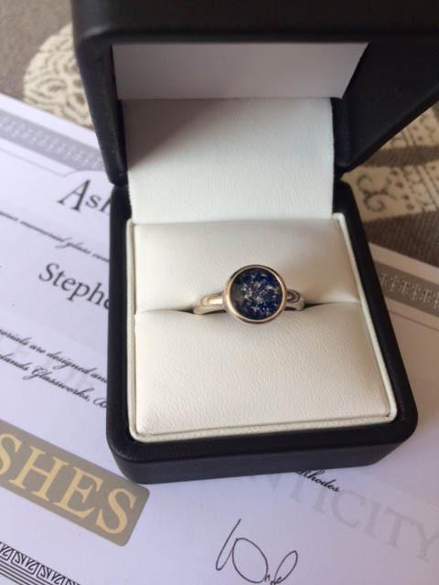 Vedova riceve anello con ceneri del marito defunto