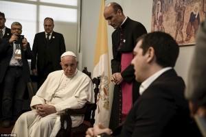 Papa Francesco con 10 migranti in Vaticano e fa un bel guaio