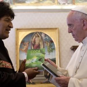 """Guarda la versione ingrandita di Evo Morales, libro su coca al Papa: """"Gliela consiglio"""" FOTO"""