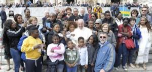 Papa Francesco abbraccia trans e squillo vittime di tratta