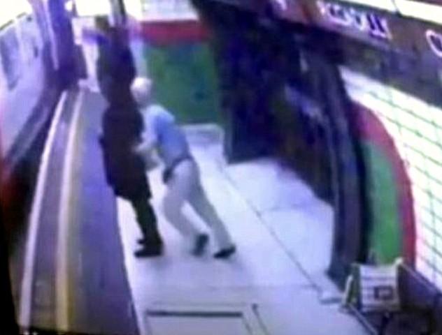 YOUTUBE Pensionato attese e spinse donna velata sotto metro