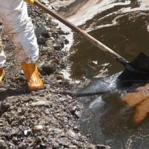 Genova, petrolio nel Polcevera: lavori per contenere marea