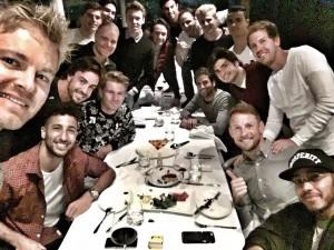 Guarda la versione ingrandita di F1: selfie con i 18 piloti a cena, e ognuno paga per sé FOTO