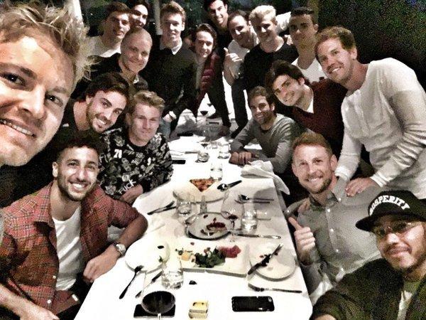 F1: selfie con i 18 piloti a cena, e ognuno paga per sé FOTO