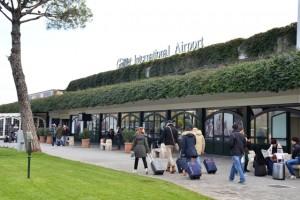 Elude controlli aeroporto, si sdraia su nastro bagagli e...