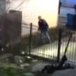 YOUTUBE Chicago, agente spara a ragazzo mentre scavalca...