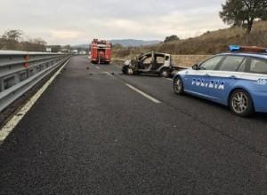Napoli, assalto al furgone portavalori. I rapinatori sparano: ferita una guardia giurata (foto Ansa)