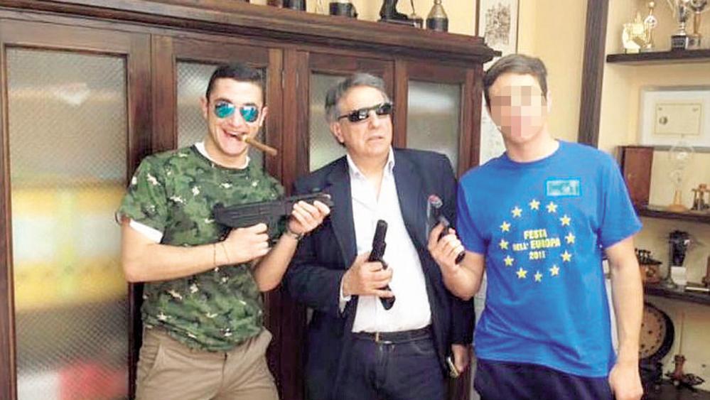 http://www.lastampa.it/2016/04/21/italia/cronache/il-preside-fa-il-gangster-la-foto-finisce-su-facebook-PHKf7W5zTHcnMw9XZLyhgN/pagina.html