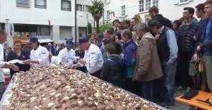 Guarda la versione ingrandita di Gemona, profiterole da Guinness World Record: pesa 150 chili