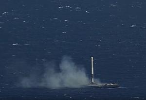 Razzo atterra in verticale su nave nell'oceano